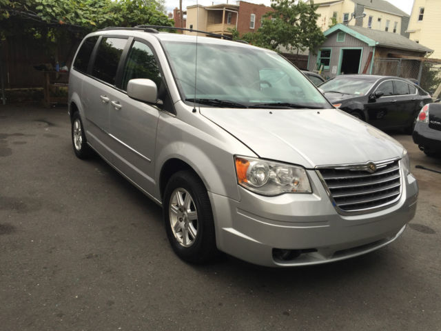 2010-chrysler-town-n-country-1